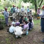 子供たちだけでグループを作ります。  森に入るグループで、大人も加わります。