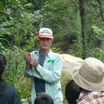 松ケ原に生えている木はどんなものがあるが、 木や、葉の特徴、名前の由来など見勢井会長の詳しい説明がありました。