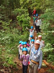 山道歩く子供たち
